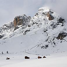 Il Pütia innevato sopra il paese di Longiarù - Val Badia